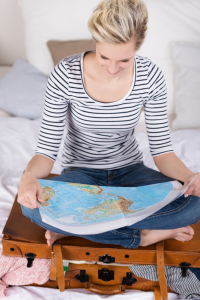 au-pair regarde carte du monde